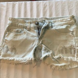 Cute light wash jean shorts with design!